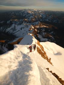 Abstieg über den Grat zwischen ca. 6.000m und 6.088m