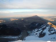 Schatten, den der Huayna Potosi über das Altiplano wirft