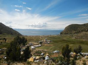 Ausblick über den Titicacasee mit bolivianischem Bergpanorama